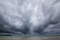 Bewolkt onweer in het overzees vóór regenachtig stock afbeeldingen
