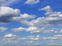 Bewolkt op de blauwe hemel stock foto