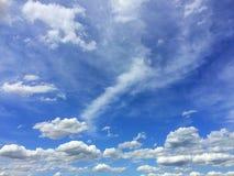 Bewolkt op de blauwe hemel royalty-vrije stock fotografie