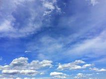 Bewolkt op de blauwe hemel stock afbeeldingen