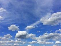 Bewolkt op de blauwe hemel stock foto's