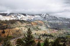 Bewolkt Sierra Nevada met mooie bergen en bomen royalty-vrije stock foto's