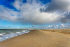 Bewolkt Strand Stock Afbeelding