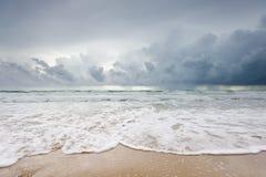 Bewolkt strand alvorens te regenen Stock Foto