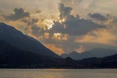 Bewolkt vliegend monster gekleed door de zonsonderganglichten royalty-vrije stock afbeelding