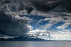 Bewolkt weer boven een overzees Stock Afbeeldingen