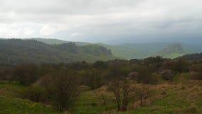 Bewolkt weer in de bergen De bergen van de Kaukasus stock footage