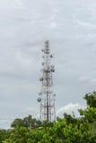 Bewolkt whit van de telecommunicatietoren Stock Foto