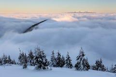 Bewolkte berg - Slowakije stock afbeelding