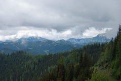 Bewolkte bergketen Royalty-vrije Stock Afbeeldingen