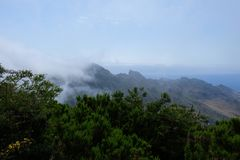 Bewolkte bergmeningen met het overzees op de achtergrond royalty-vrije stock fotografie