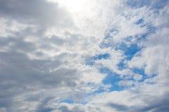 Bewolkte blauwe hemel royalty-vrije stock foto's