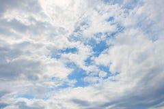 Bewolkte blauwe hemel stock afbeeldingen