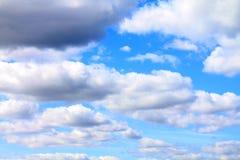Bewolkte blauwe hemel Royalty-vrije Stock Foto