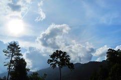 Bewolkte blauwe hemel Stock Foto