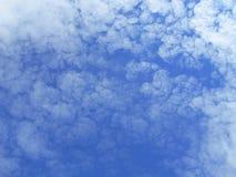 Bewolkte blauwe hemel Stock Fotografie