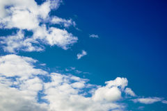 Bewolkte blauwe hemel Royalty-vrije Stock Fotografie