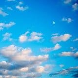 Bewolkte blauwe hemel Stock Foto's