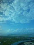 Bewolkte blauwe hemel Royalty-vrije Stock Afbeeldingen