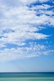 Bewolkte blauwe hemel over het overzees Stock Afbeelding