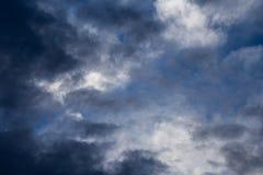 Bewolkte blauwe hemelachtergrond stock foto