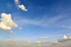 Bewolkte blauwe hemelschoonheid als achtergrond van wolkenscène - Zachte nadruk Royalty-vrije Stock Foto