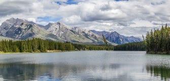 Bewolkte dag aan Johnson Lake-oppervlakte - Banff Alberta Stock Foto