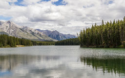 Bewolkte dag aan Johnson Lake-oppervlakte - Banff Alberta royalty-vrije stock afbeelding