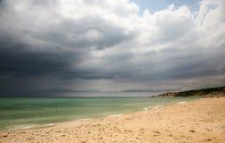 Bewolkte dag bij strand Stock Afbeeldingen