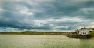 Bewolkte dag in de Bundel van het Oosten/Arcadia Portrush royalty-vrije stock afbeelding