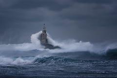 bewolkte dag Dramatische hemel en reusachtige golven bij de Vuurtoren, Ahtopol, Bulgarije Royalty-vrije Stock Afbeelding