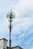 Bewolkte dag en de telecommunicatiepool Stock Afbeelding