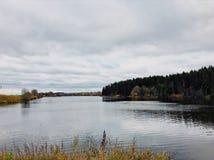 Bewolkte dag op een rivierbaai Stil water en bosplatteland Russische aard Dag openlucht De zomer, Augustus 2018 royalty-vrije stock afbeeldingen