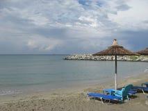 Bewolkte dag op mooi strand in Platamonas in Griekenland royalty-vrije stock foto's