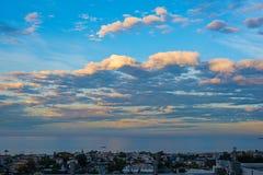 Bewolkte dageraad in het strand van Manhattan stock afbeeldingen
