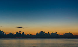 Bewolkte dageraad op zee Royalty-vrije Stock Afbeelding