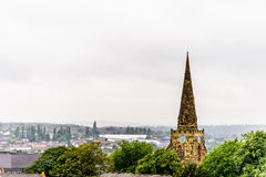 Bewolkte Dagmening van de Heilige Grafgewelfkerk over Cityscape van Northampton het UK Stock Foto