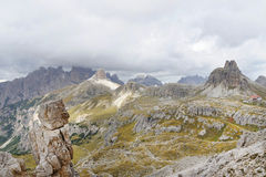 Bewolkte dagscène in het Nationale Park Tre Cime di Lavaredo met rifugio Locatelli stock foto's