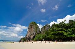 Bewolkte de berg blauwe hemel van het strandzand royalty-vrije stock afbeelding