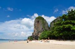 Bewolkte de berg blauwe hemel van het strandzand royalty-vrije stock fotografie