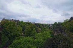 Bewolkte de lenteochtend in de Stad van Luxemburg De stad van de binnenstad, toneelmening aan het park en uitstekende gebouwen De royalty-vrije stock afbeeldingen