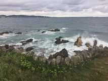 Bewolkte de zomerdag op de oceaan in Asturias Spanje royalty-vrije stock afbeeldingen