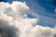 Bewolkte de zomerhemel Royalty-vrije Stock Afbeeldingen