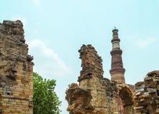 Bewolkte dramatische hemel bij oude oude de bouw structuur Royalty-vrije Stock Fotografie