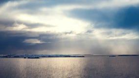 Bewolkte dramatische hemel met zonstralen en kalme oceaan stock footage