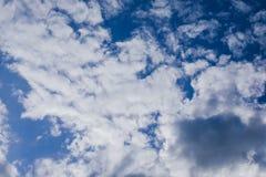 Bewolkte duidelijke blauwe hemel Royalty-vrije Stock Foto