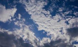 Bewolkte duidelijke blauwe hemel van aard Royalty-vrije Stock Afbeelding