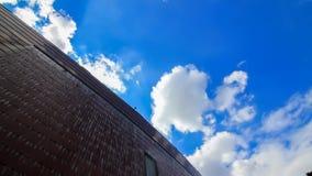 Bewolkte en blauwe hemel stock video