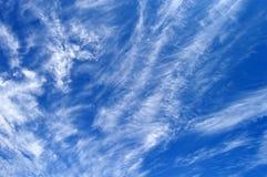Bewolkte en blauwe hemel Stock Afbeelding