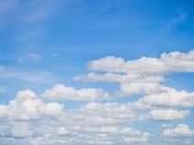 Bewolkte en blauwe hemel Royalty-vrije Stock Afbeeldingen